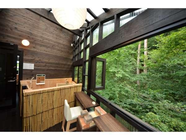 お部屋付きテラス(虹鱒)…広く開口される窓から間近に新緑・紅葉が迫ります。
