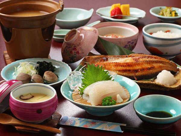【いわない温泉 おかえりなさい】岩内港を望む源泉掛け流しの宿。前浜産の魚介料理が人気。