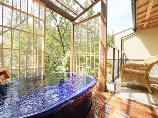 【風の棟メゾネット客室】信楽焼きの陶器露天風呂(一例)