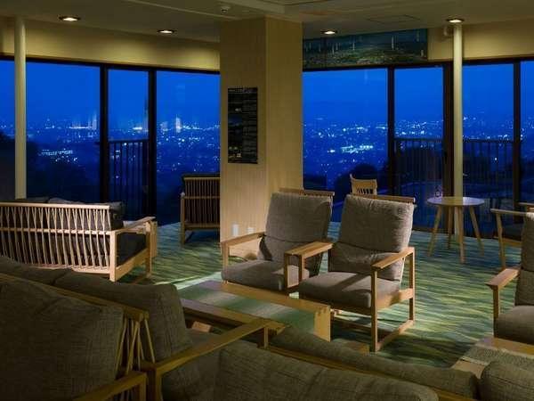 月の棟3階ロビーは絶好の夜景鑑賞スポットです♪ナイトバーのカクテルを片手にお寛ぎのひと時を・・・。