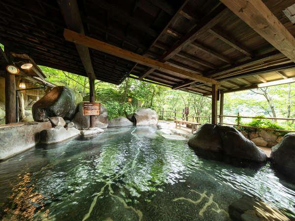 桜滝をのぞむ露天風呂