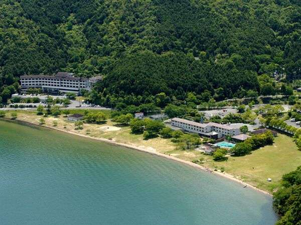 【全景】琵琶湖の宮ヶ浜のある休暇村。左が東館、右が西館。