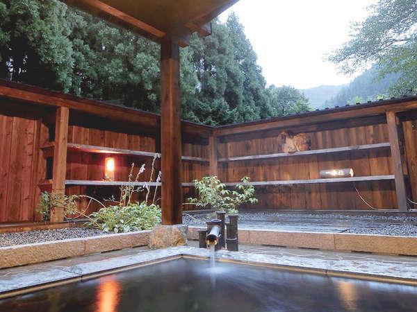 *森の風、自然の空気をカラダ全体で感じる開放的な貸切露天風呂