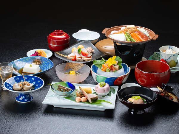 *夕食一例/近隣の山の幸、日本海の海の幸、厳選された季節の旬な食材を使ったお料理をご用意致します。