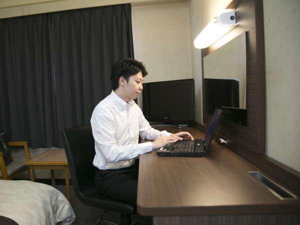 明るい照明に広いデスクはビジネスのお客様に最適です☆