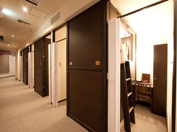 プライベートキャビンはコチラ!客室の出入口はアコーディオンカーテンになっており施錠できません。