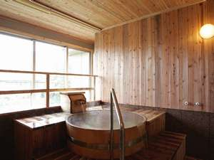 貸切風呂「新生」。桧の香りが漂い、リラックス効果抜群!