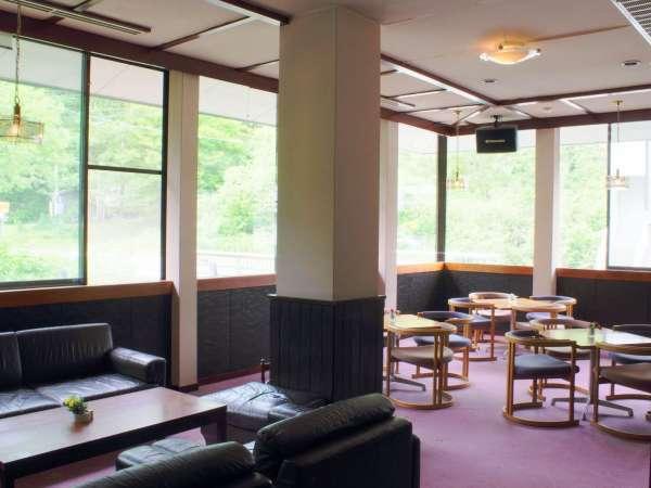 【ラウンジ「タカルージュ」】窓からの光が開放的な空間。新聞や雑誌、挽きたてのコーヒー(1杯350円)を
