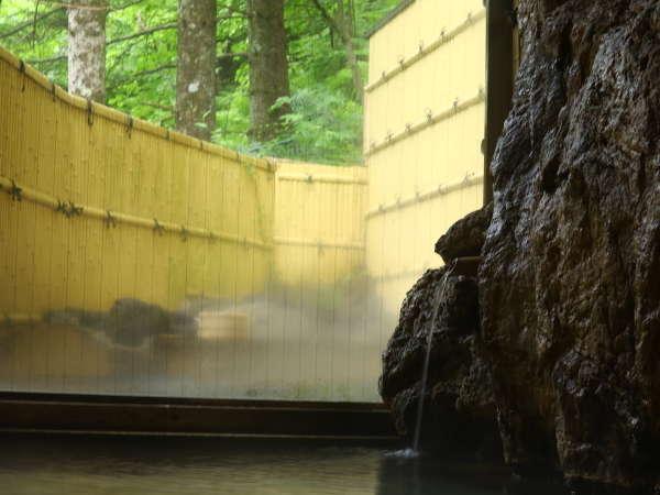 源泉かけ流しの温泉で旅の疲れをゆっくり癒してください。