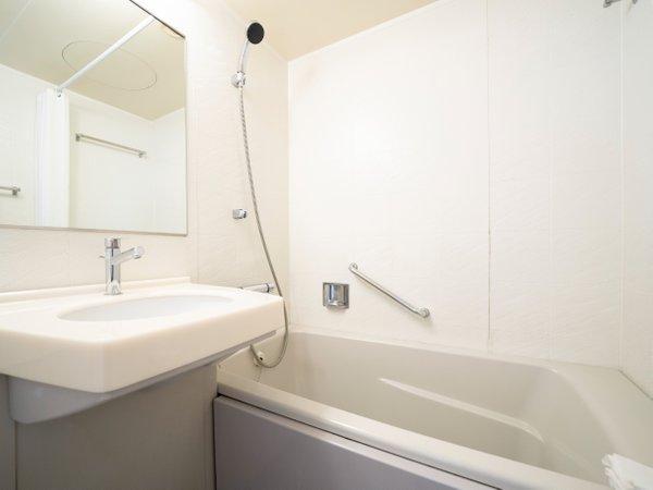 ゆとりある広めのバスタブ しっかりとした水圧のシャワーが好評です。
