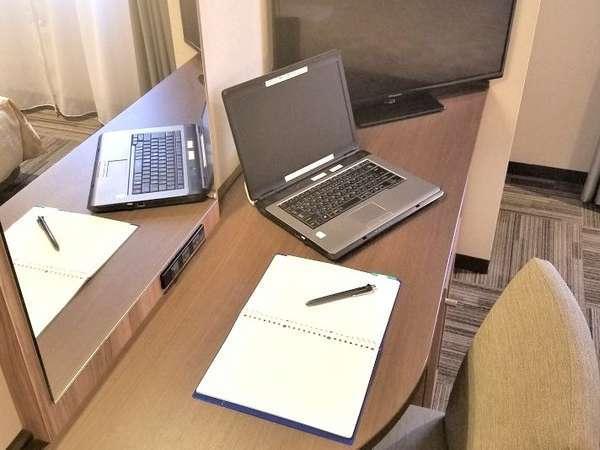 リモートワークにも対応できる広々デスク。PC+B5ノートを開いた状態で置いても余裕があります。