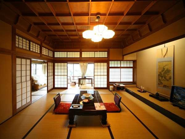 【まつの間】 15畳の広い主室は、折上格天井を設えた格調高いお部屋です。