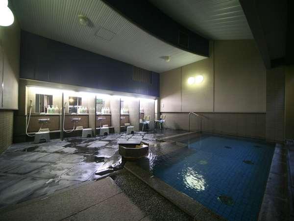 【大浴場】 湯けむり立ち込めるあたたかい小さな浴殿です。