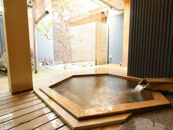 【殿方露天風呂】 外気を感じながら心地良くご入浴いただける露天風呂です。