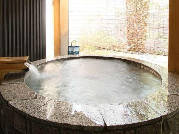 【婦人露天風呂】 季節が感じられる箱庭を眺めながらごゆっくりとご入浴いただけます。