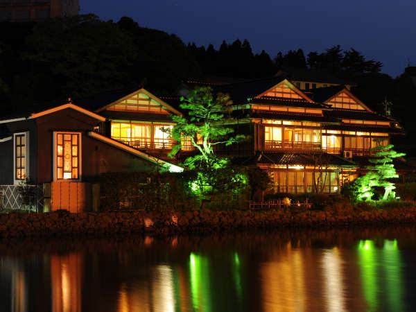ライトアップされた渡月庵は和倉の名物の一つ。
