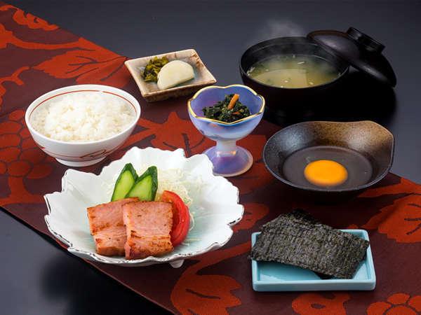 【ご朝食】 ほかほかのご飯にあたたかなお味噌汁が、からだにやさしく染み渡ります♪