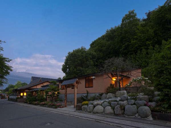 大鷹の湯本館全景。西那須野塩原インターより車約5分。冬季の降雪が少ない地域にある一軒宿です。