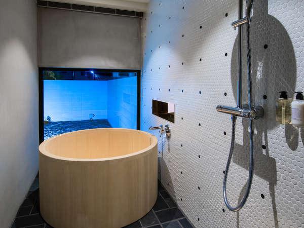 名和晃平/蜷川実花コンセプトルームの浴室は直径120センチの青森産ヒバの木の浴槽とレインシャワー
