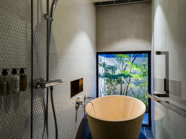 【サウスウィング】庭付ツインルームの浴室は青森産ヒバの木の浴槽とレインシャワー