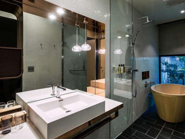 【サウスウィング】庭付ツインルームのバスルームは銅の素材が印象的に使われたセパレートタイ