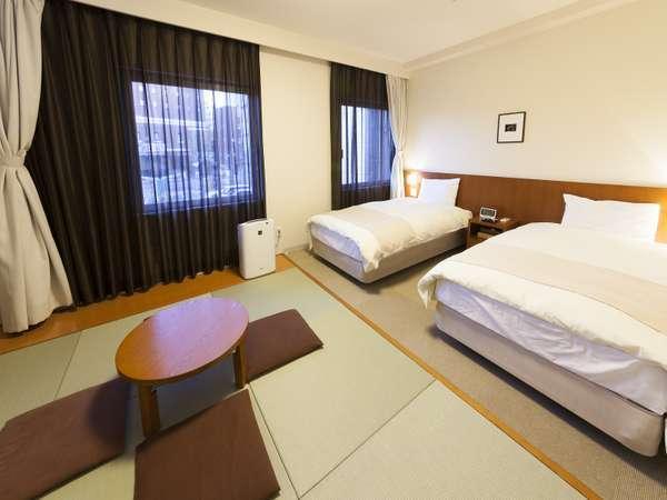 ■和洋室・25平米・ベッド2台(100cm×195cm)、布団2組・シャワーブース・32型テレビ
