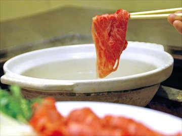 ≪しゃぶしゃぶ≫奇麗な刺しの入った上質な近江牛をささっと潜らせて…特製タレでお召し上がり下さい。