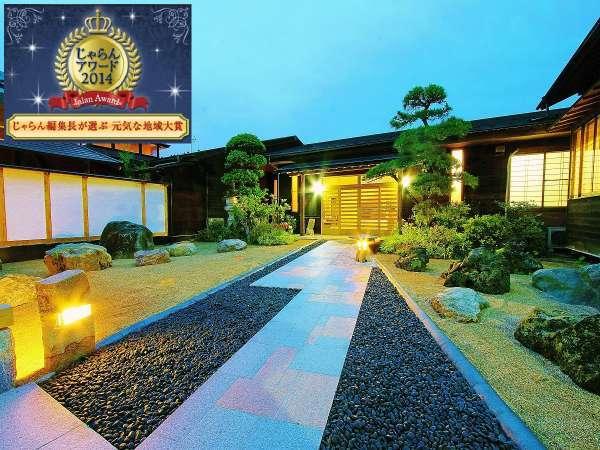"""美しい石庭を抜け、幸運をもたらすと言われる""""ちちぶ温泉 はなのやの赤富士""""がお客様をお出迎え♪"""