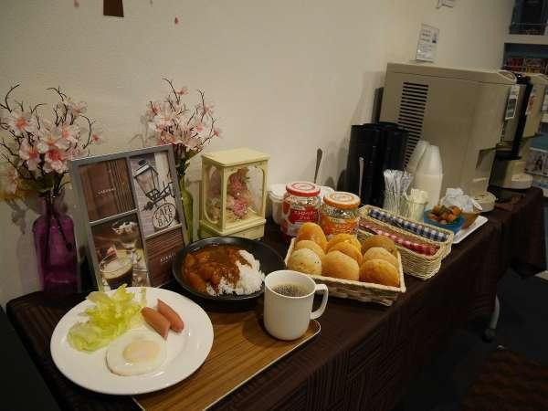 朝食のパン・カレーライスは食べ放題!目玉焼き等も手作り致します!