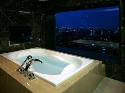 客室最上階ビューバススイート 夜景を眺めるバスルーム