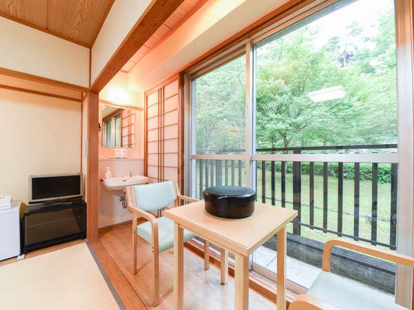 *【和室8畳(一例)】窓辺で景色を眺めながらお過ごしいただけます。