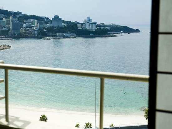 【葵館】海側のお部屋からは、白良浜がご覧いただけます。(客室一例)