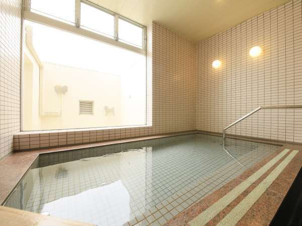 [貸切風呂]貸切風呂の人用の浴槽。広々とした造りです♪※ペットは入れないようご注意ください