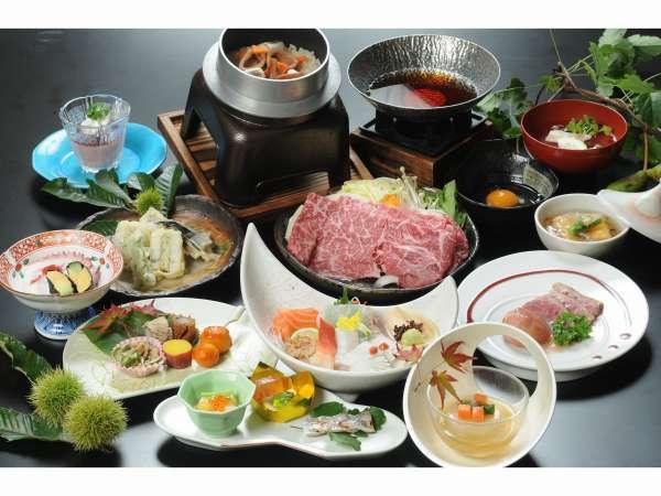 秋の伊勢会席  黒毛和牛すき焼きと鴨の冷製ステーキの2つの主菜をお楽しみください。