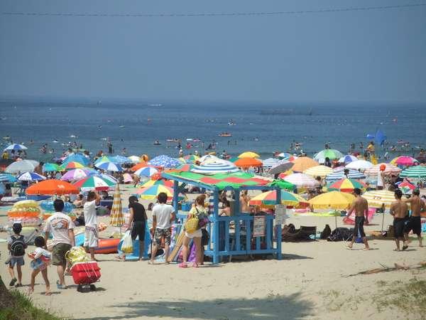 ホテルの目の前の内海海水浴場、夏の内海はにぎわいますよ!