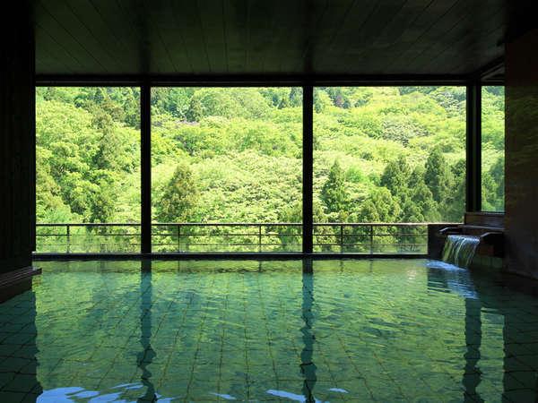 【遊月の湯 大浴場】朝一番の目の前に広がる山間のパノラマは爽快。