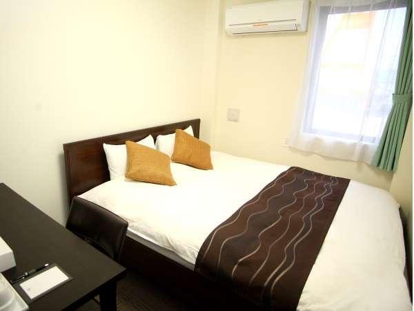 ダブル:11.8㎡。ベッド幅160cm。個別空調、Wi-Fi、温水洗浄便座