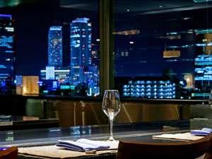 最上階のレストラン「クラウン」の鉄板焼きコーナーからは、名古屋駅の夜景も楽しめます。