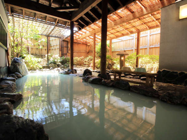 清らかな清流をイメージしている露天風呂。風情ある和の庭園を見ながら入る貸切露天は最高です。