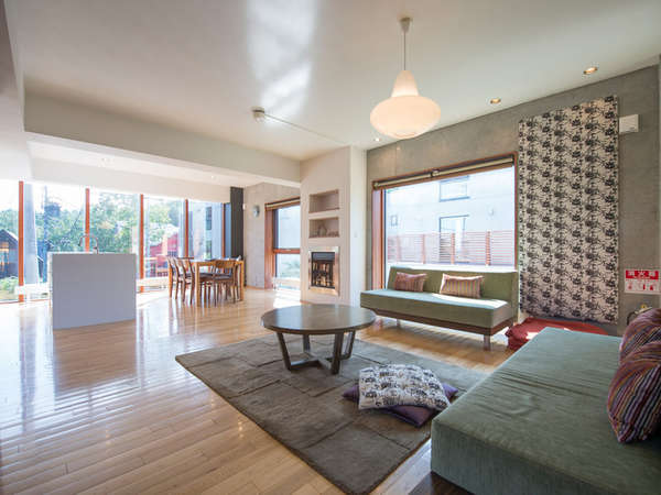 リビングルームはスペースも窓も大きく開放的な空間を演出