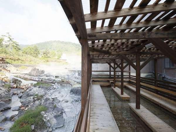 湯川を眺めながら足湯が楽しめます。