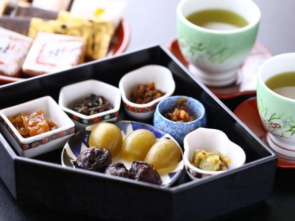 ■お菓子と数種類のお漬物を食べながらひと休み