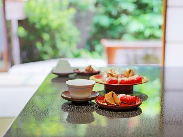 【露天風呂付客室】寛ぎの純和風のお部屋で日本庭園を眺めながら時の流れを忘れる至福のひと時です。