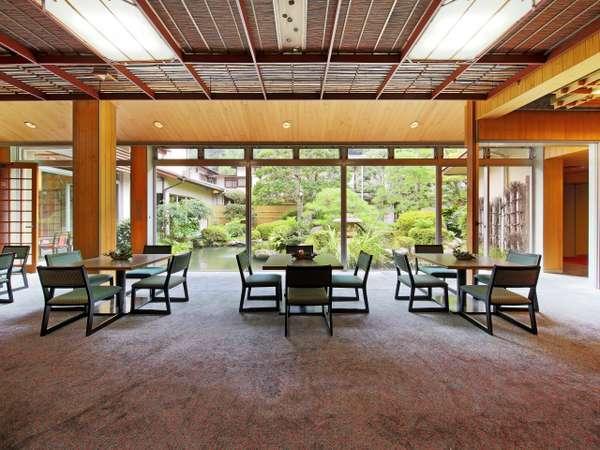 【ラウンジ】滝の水音を聞きながら、日本庭園を望むロビーでひと休み下さいませ。