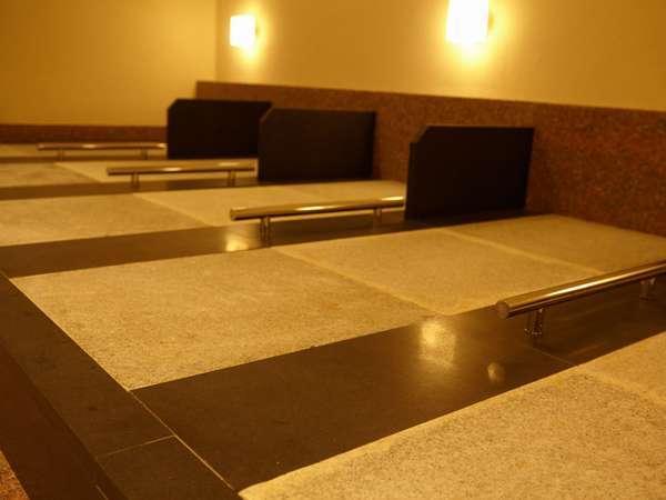 開業当初から使用している、20年分の温泉成分が浸み込んだ御影石を移設しました。