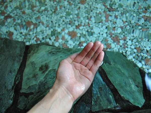 美又のお湯は化粧水に配合されるほどの泉質。日本屈指の美人湯と言われ、とろとろとした手触りが特徴♪