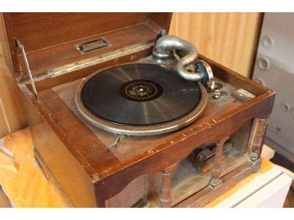 80年の歴史を刻んだ蓄音機★ロビーにありますよ