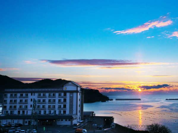 【外観】日が昇り、水面が輝き始める。ぜひ出逢っていただきたい絶景がここに。