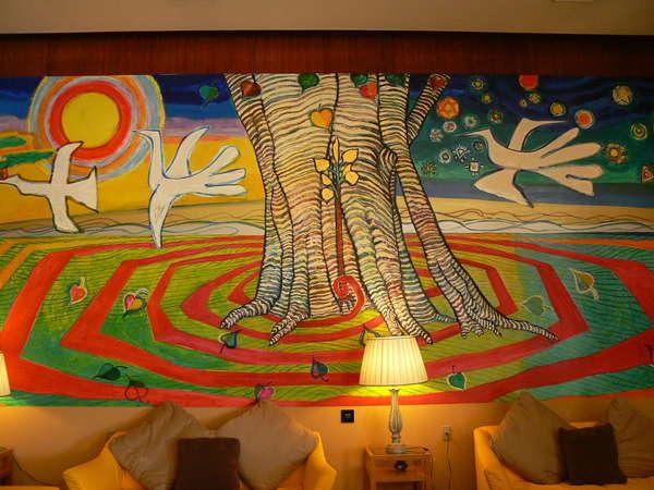 """旅宿よぶこロビーの壁一面に描かれている""""生命の樹""""生きる力みなぎる絵です。"""