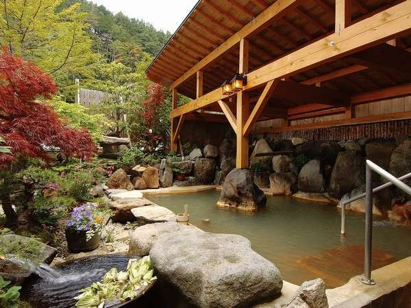【貸切露天風呂(内湯付)】ゆうに10人は入れる広さが自慢。加水・加温なしの掛け流し温泉(宿泊者無料)